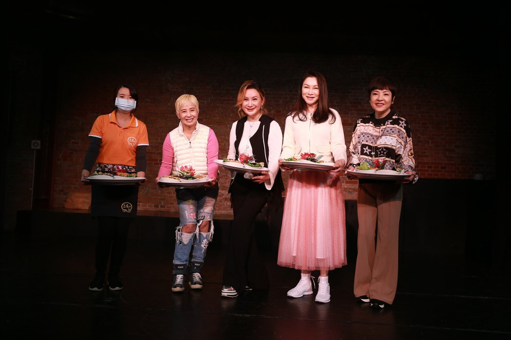 李明依(左二起)陳亞蘭、張瓊姿、紀寶如一起出席「西遊記誤闖黑家店3」記者會。圖/
