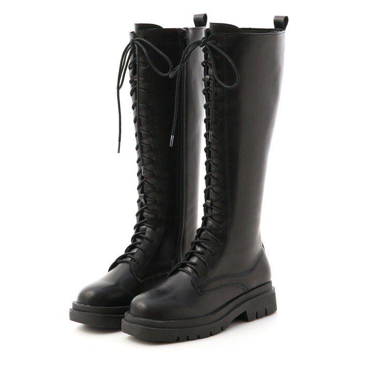 鬼鬼鬼詮釋的鬆糕底綁帶馬汀長靴,1,580元。圖/D+AF提供