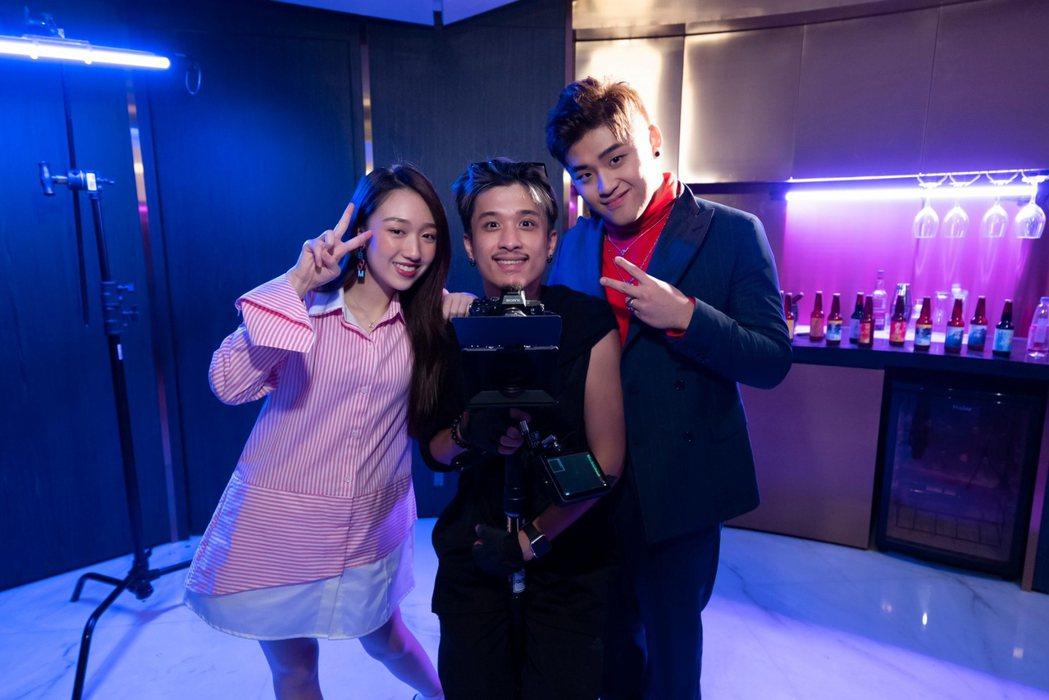 劉昊(右)新歌邀來李翊君愛女香奈兒(左)演出,中間為導演。圖/捌拾貳拾娛樂提供