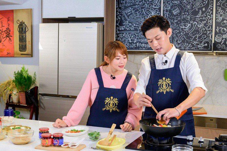 前主播魏華萱(左)與質男主廚張克勤,攜手示範雙醬料理「哇辣口水雞」和「麻到吃手手...