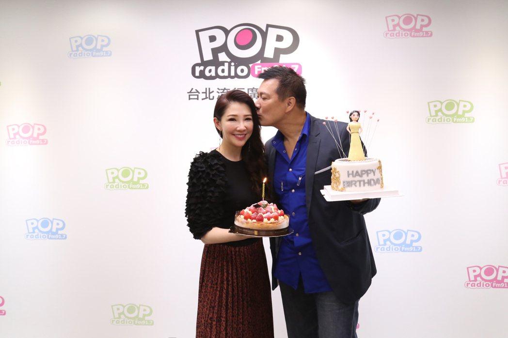 林書煒(左)20日將迎接45歲生日,老公蔡詩萍玩角色扮演密謀生日驚喜。圖/POP