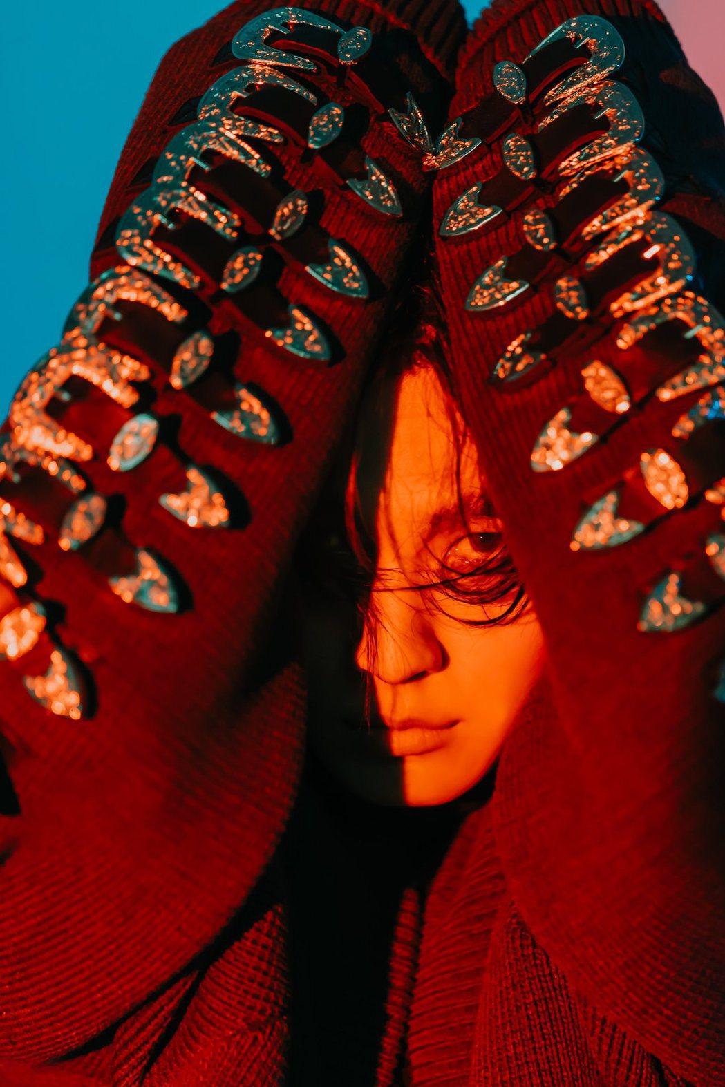 炎亞綸為新專輯視覺意象,大膽挑戰頹廢造型風格與凌亂野蠻妝。圖/索尼提供
