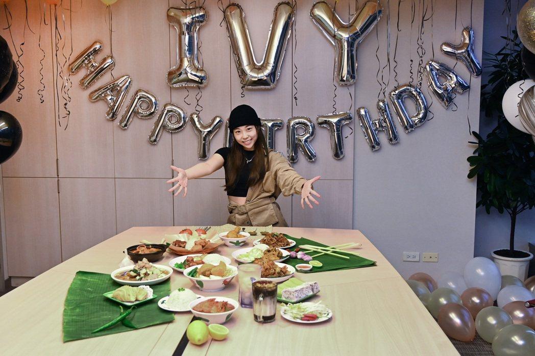 艾薇23歲慶生會,唱片公司特別準備馬來西亞家鄉菜慰勞。圖/環球唱片提供