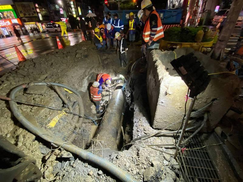 基隆爆水管影響4萬戶民眾沒水苦,今晚9時修復恢復供水。圖/文安里長李隆進提供