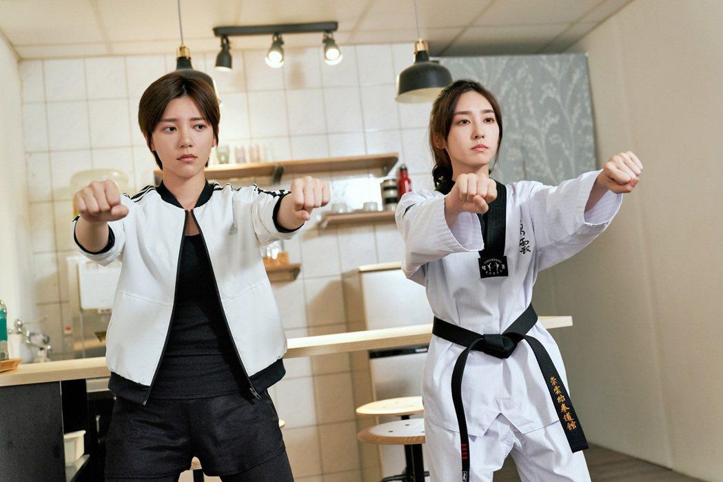 郭雪芙(左)在劇中因和席惟倫吵架而被處罰。圖/八大電視提供