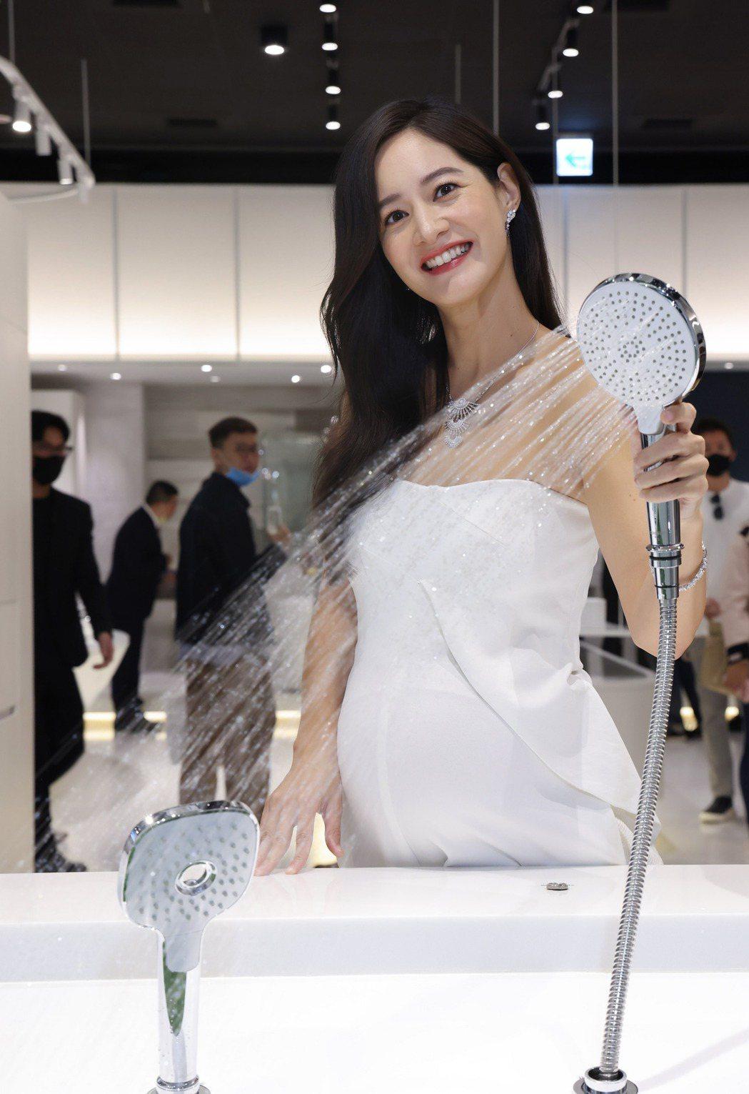 Janet喜歡沐浴兼有美容效果的獨特設計花灑。圖/星予公關提供