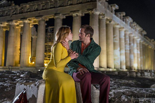 佛蘿倫絲普伊(左)與亞歷山大史卡斯嘉在「女鼓手」有浪漫對手戲。圖/BBC提供