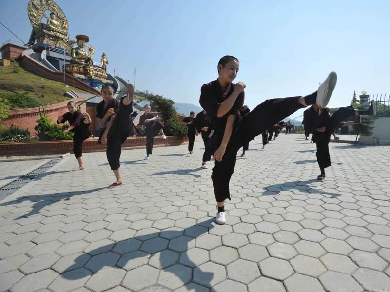 藏傳佛教「竹巴噶舉」支派的比丘尼由於必須天天接受武術訓練,被暱稱為「功夫比丘尼」。法新社