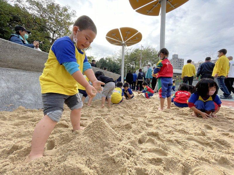 板橋音樂公園增設共融式遊具和體健設施,成為新北第100座共融式遊具公園。記者王敏旭/攝影