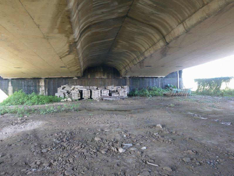 宜蘭市長江聰淵、立委陳歐珀辦公室昨到辛仔罕橋會勘,爭取在橋下設風雨籃球場。記者張議晨/攝影