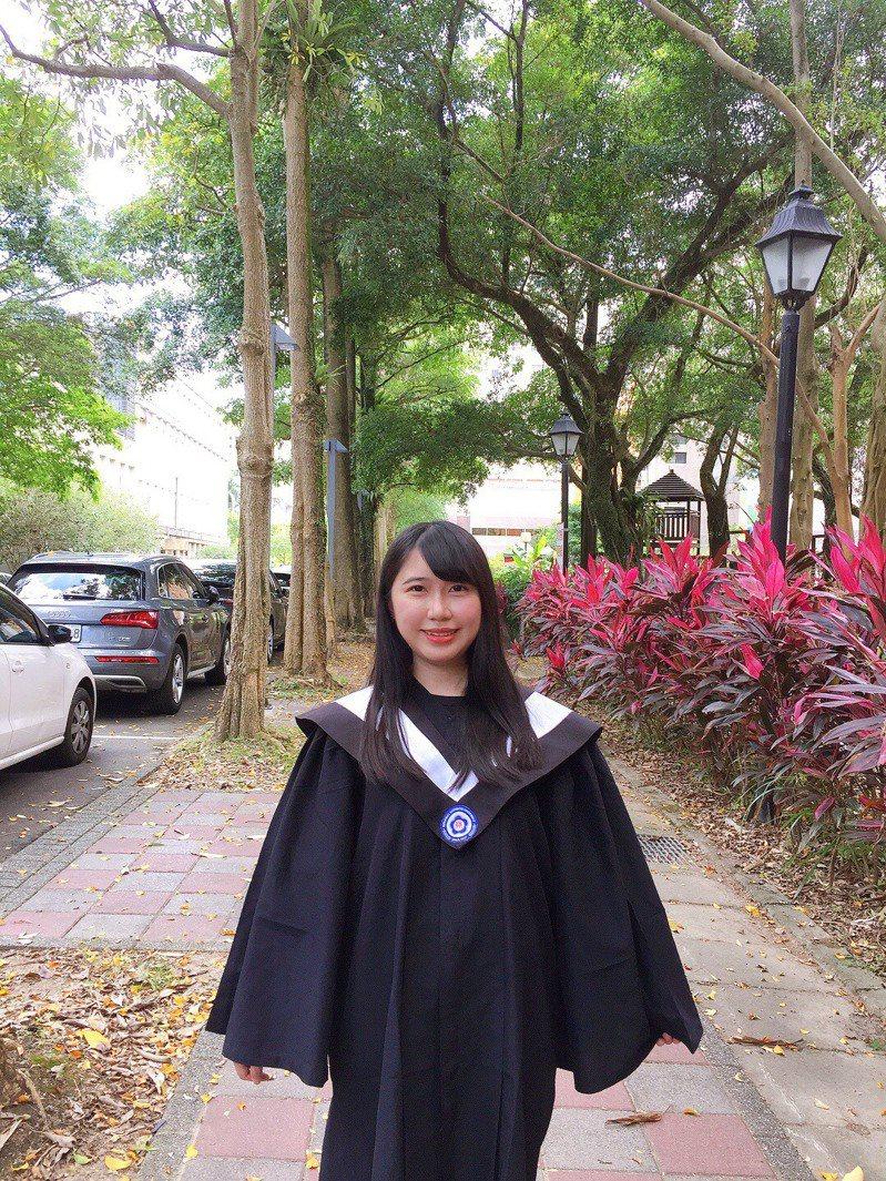 政大法律系畢業的潘郁涵,大五花一年時間準備,取得律師高考及格。圖/潘郁涵提供