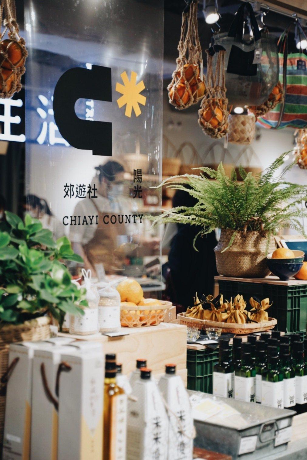 嘉義陽光郊遊社挑選南笨港在地出產麻油與五穀麵線、茶山香糖等在地好物進駐神農生活。...