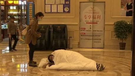 中國雲南昆明有孕婦在酒店住宿期間,被一名試圖刷卡進入房間的男子嚇破羊水,事後因與酒店方協商不成功,這名孕婦躺在酒店大堂地上,要求得到滿意結果。 圖/ 香港01