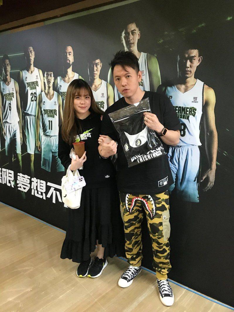 Leo(右)與Ruby(左)早上八點就從台北開車南下。 記者劉肇育/攝影