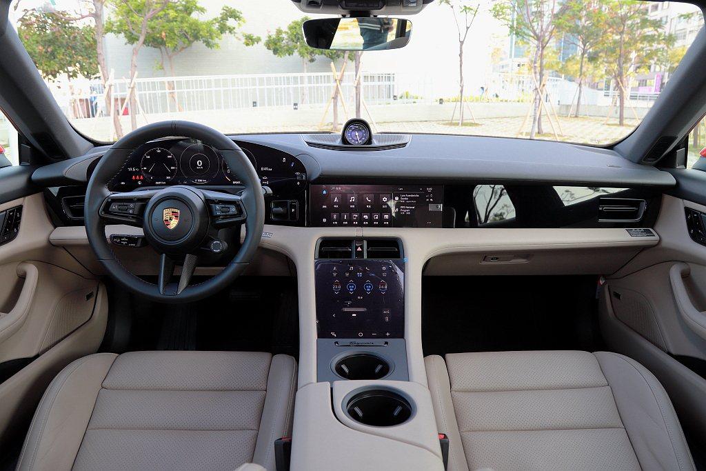 透過Porsche先進駕駛艙設計,以三大數位顯示螢幕(儀表、保時捷通訊管理系統、...