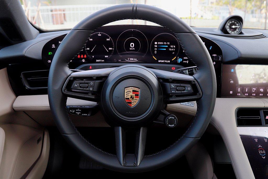新世代多功能跑車方向盤握感與造型都相當出色,選配跑車計時套件(Taycan 4S...