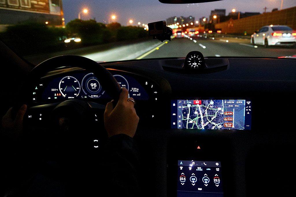 保時捷Taycan車艙夜晚時的照明質感,又和白天呈現不同的科技風貌。 記者張振群...