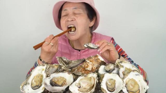 韓國一名70歲老奶奶挑戰吃10KG生蠔。圖/截自微博
