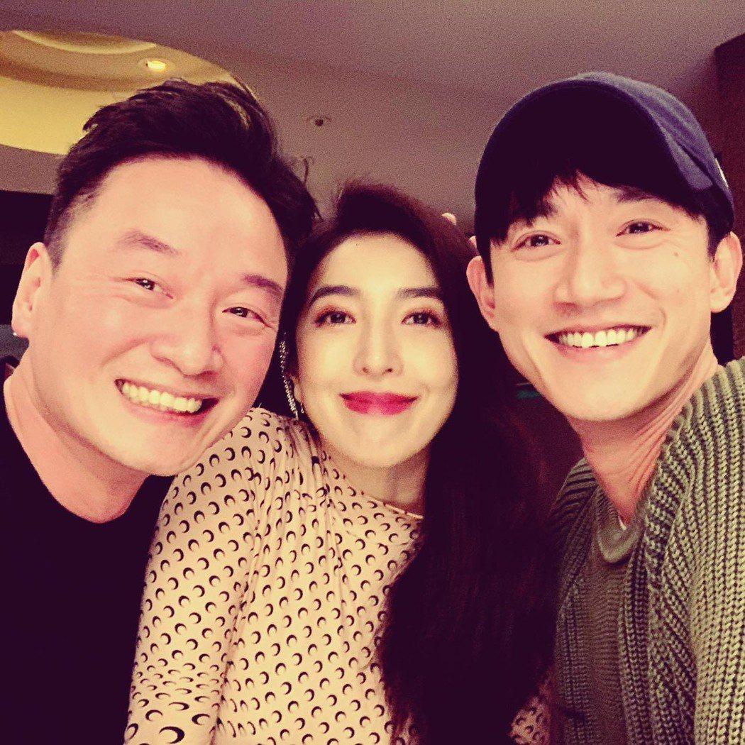 吳慷仁(右起)為好友楊謹華慶生,並和夫妻兩同框。圖/摘自臉書
