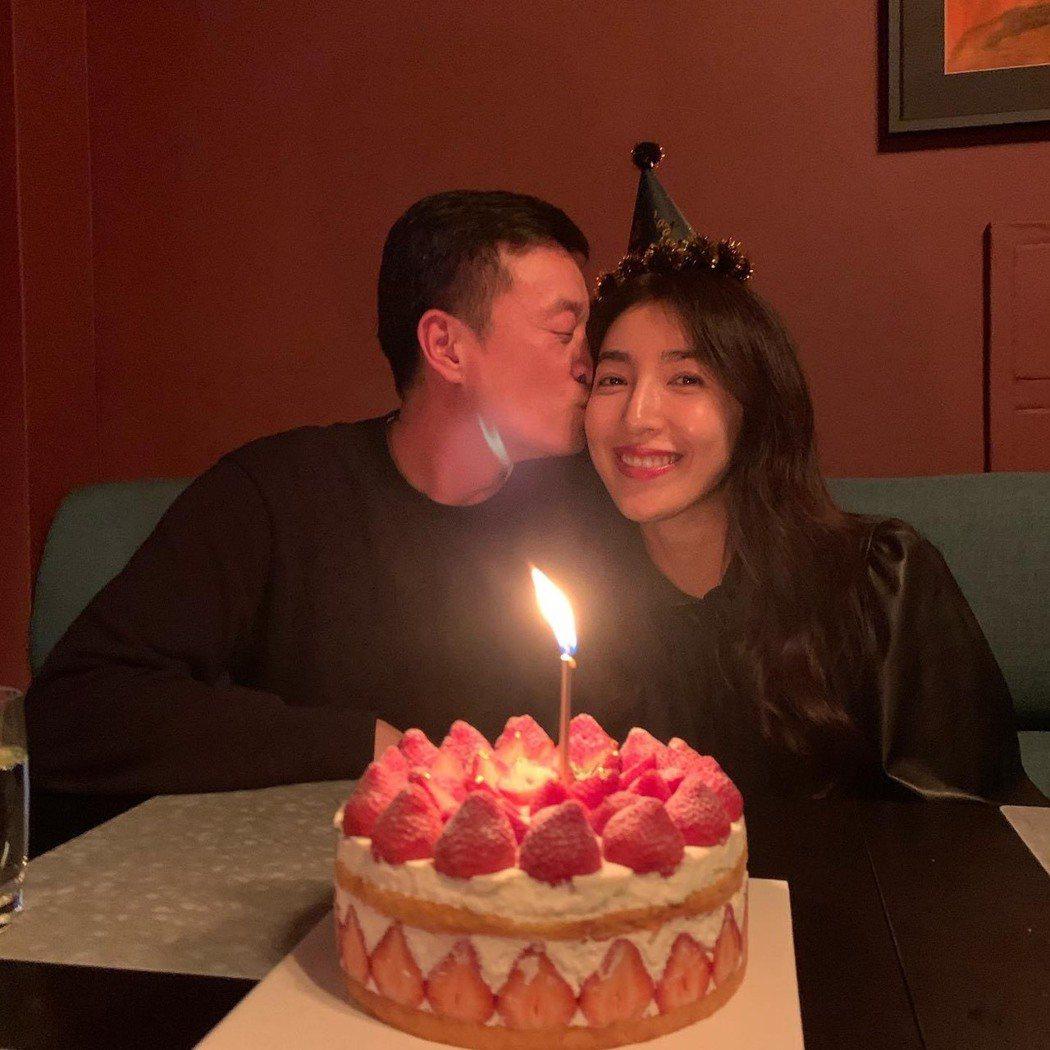 楊謹華過生日時,老公獻上深情一吻。圖/摘自臉書