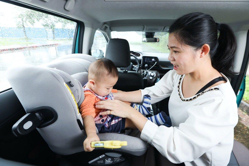 Joie i-Spin 360汽車安全座椅可以360度輕鬆旋轉,使用起來更便利。...
