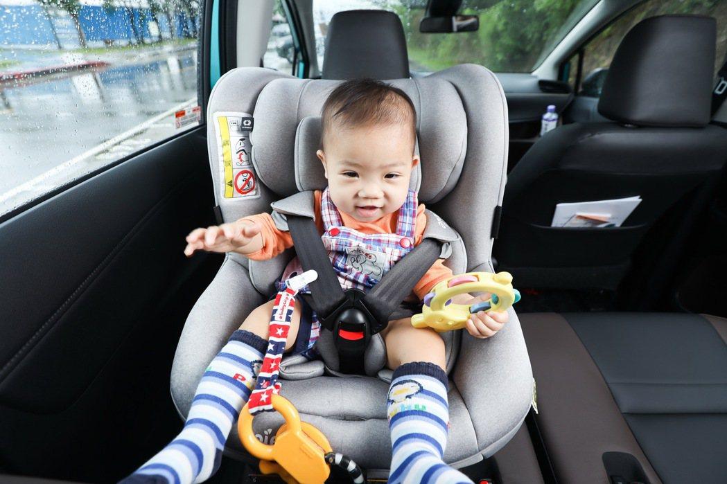 汽車安全座椅新制於9月1號正式上路,新制規定年齡二歲以下幼童必須乘坐「後向式」幼...