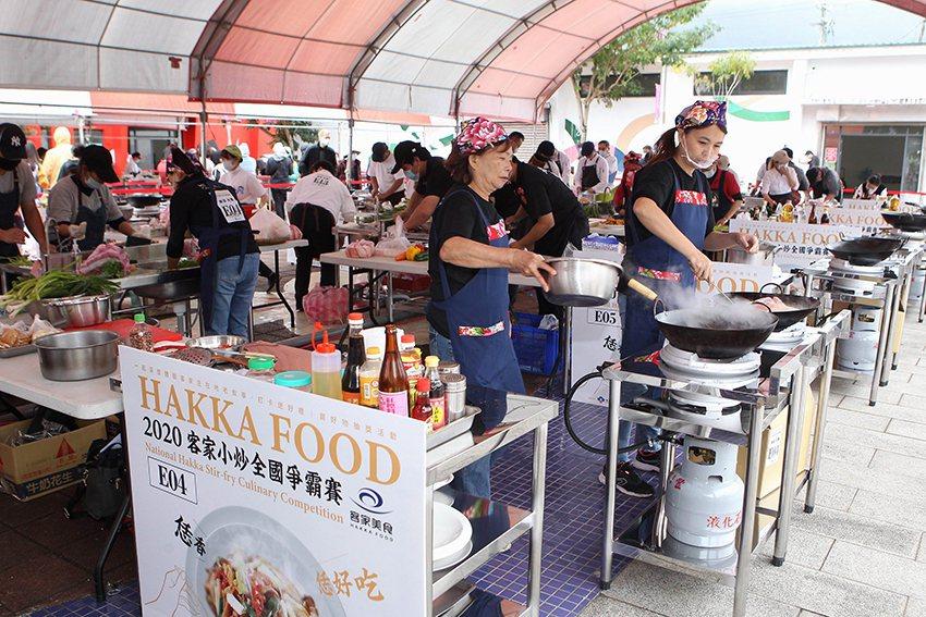 參賽者現場採購食材,現場烹調出美味客家小炒。 客委會/提供