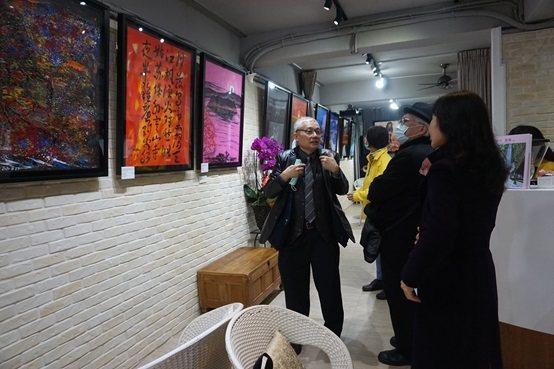 陳持平教授於會場為參觀者說明每一幅作品的創作靈感源由。 楊連基/攝影