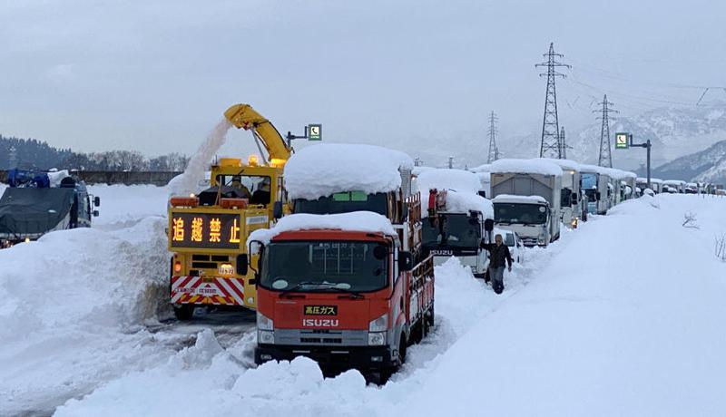 日本放送協會(NHK)報導,位於新潟縣內的關越自動車道(類似高速公路)受大雪影響,許多車輛從本月16日起受困整整2天。 歐新社