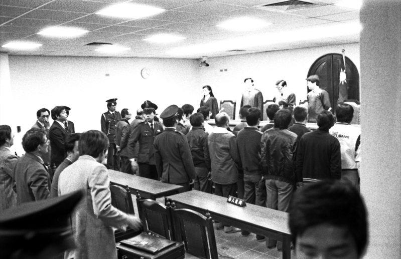 十信放款弊案經台北地方法院初審,1985年12月19日判決,87名被告中,有31人獲判無罪,另30人諭知緩刑。這是國內各級法院承審刑案以來,不但被告最多,同時也是判決被告無罪及緩刑人數最多的一次。圖/聯合報系資料照片