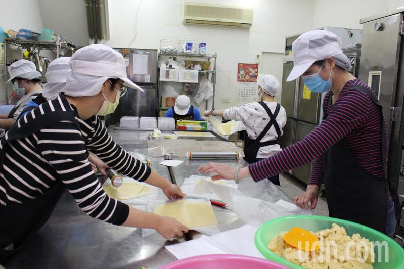 彰化市肯納兒烘焙坊目前有18名身心障礙者服務。記者林敬家/攝影