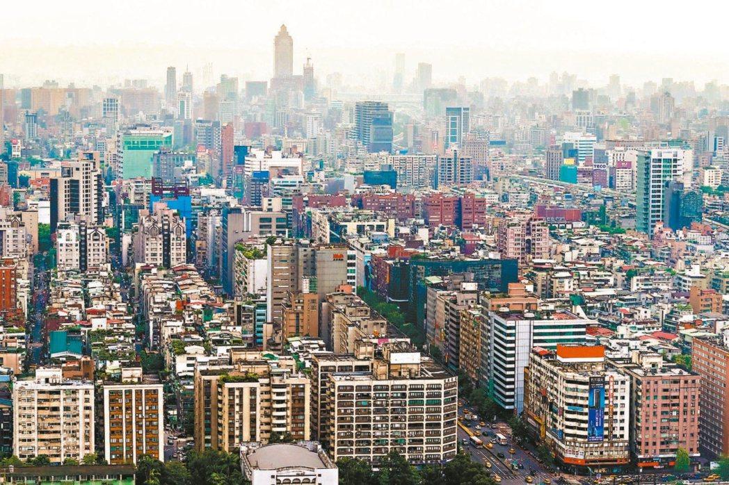 有網友好奇想問,以同樣300萬價格,大家會選擇台北市6坪小套房,還是桃園市14坪...