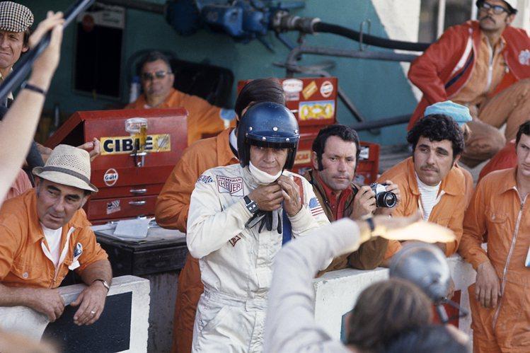 在賽車電影《極速狂飆》中,Steve McQueen配戴的Monaco計時碼表,...