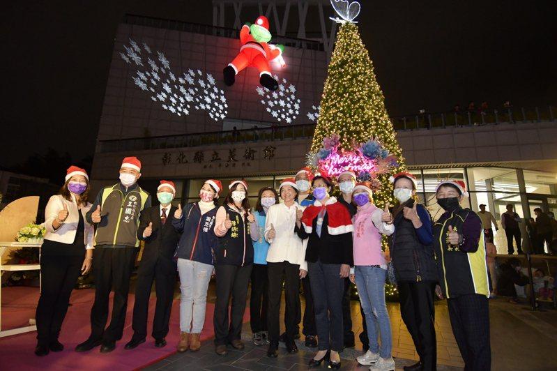 彰化縣文化局前的耶誕樹昨夜點燈,八卦山大佛風景區周邊燈區一併跟著亮起來。圖/彰化縣府提供