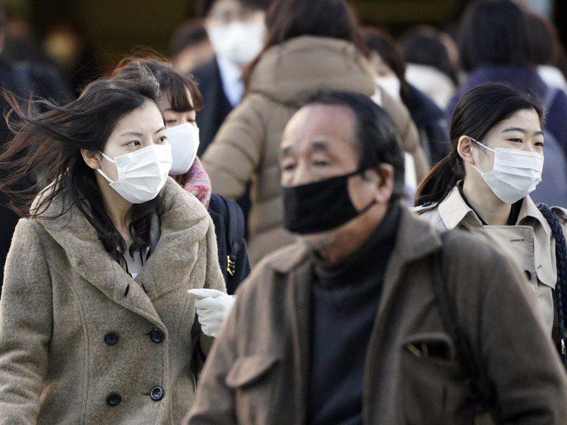 口罩有保濕的作用,更難感覺到口渴,且喝水要脫掉口罩,人一懶就會減少喝水的次數。歐新社