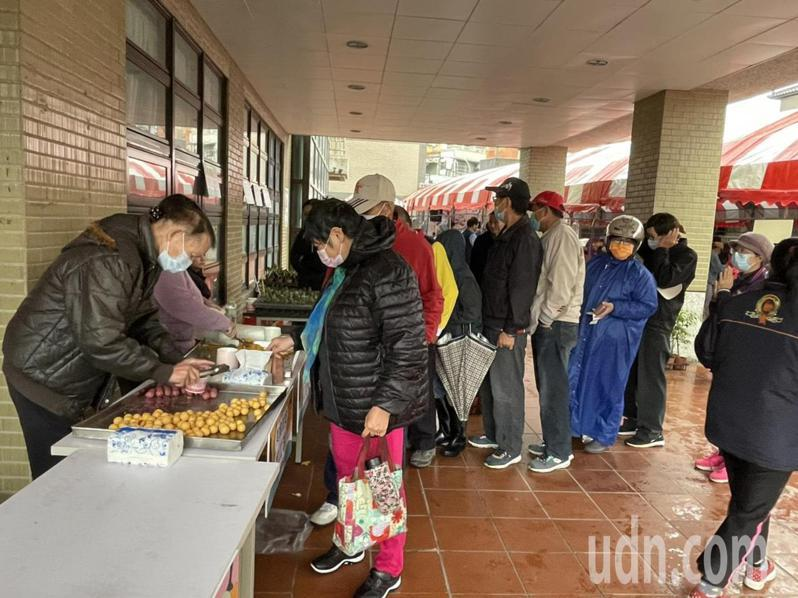 現場提供吃地瓜球和薯條免費試吃。記者高宇震/攝影