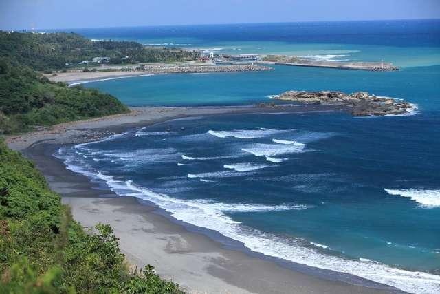 東河金樽陸連島的奇景,是台灣唯一。圖/台東縣政府提供