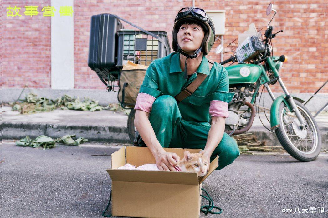 吳念軒在「故事宮寓」飾演「皇帝奏摺」。圖/八大電視提供
