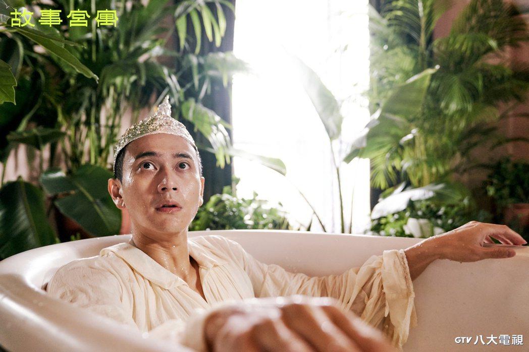 劉冠廷在「故事宮寓」詮釋「龍冠鳳紋玉飾」,造型像是「行走的巧克力」。圖/八大電視...