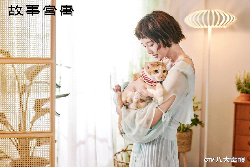 張鈞甯在「故事宮寓」中詮飾「青瓷無紋水仙盆」文物,是名怪怪美少女。圖/八大電視提