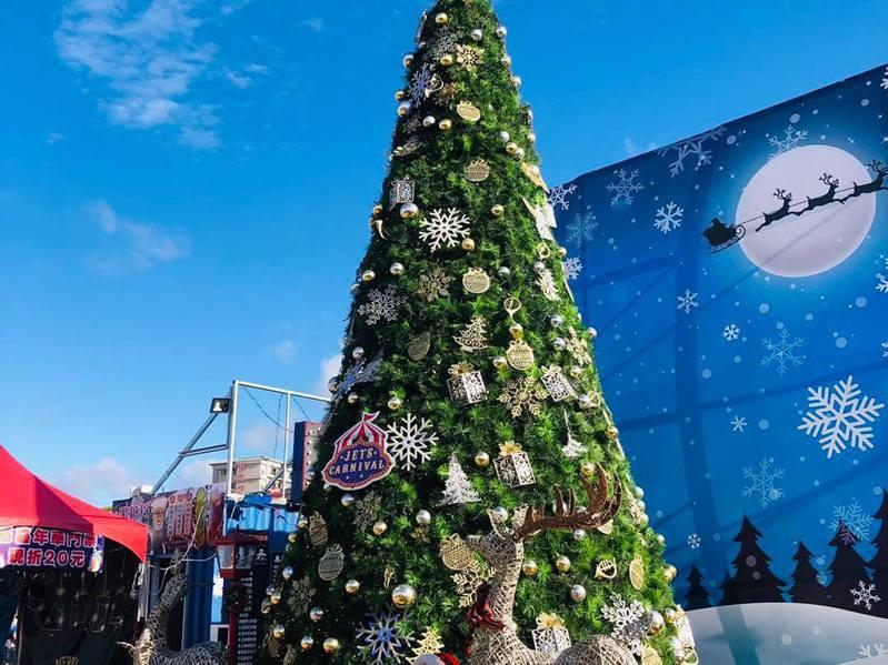 聖誕節將近,青埔JETS嘉年華近日也於門口廣場立起高達6米的璀璨聖誕樹。圖/翻攝自JETS嘉年華官方臉書