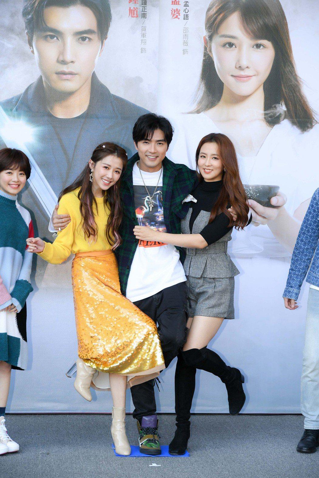邵雨薇(左起)、賀軍翔、周曉涵出席「天巡者」台中粉絲見面會。圖/三立提供