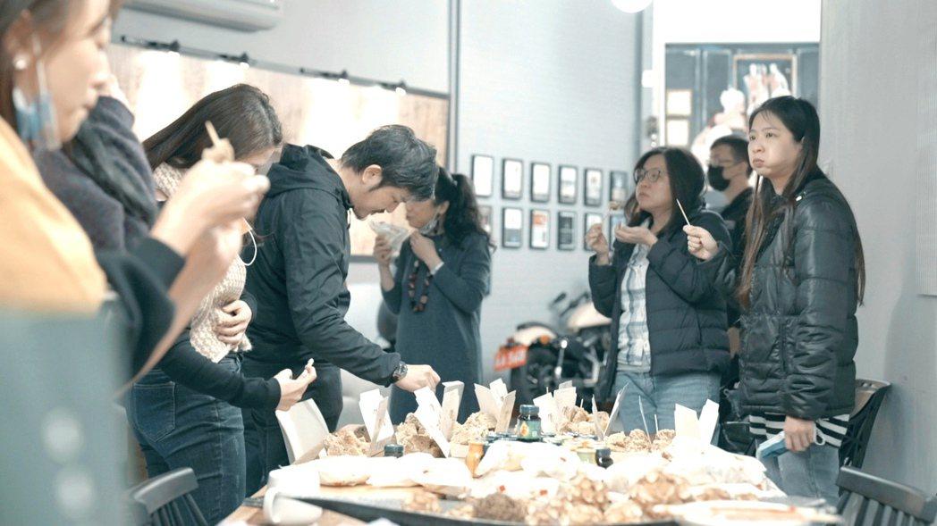 梁靜茹每天準備小吃犒賞樂手們與工作人員,自己只能看得到、吃不到。圖/超級圓頂提供