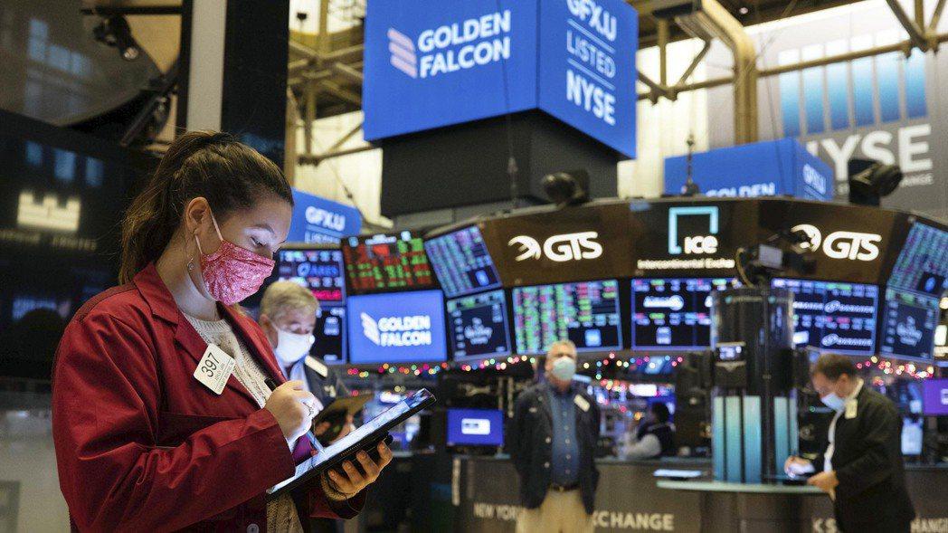 隨年終購物季達到高峰,投資人看好零售股可望維持因預期明年經濟全面解封所掀起的反彈...