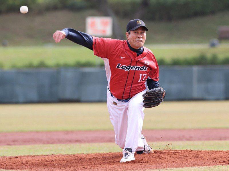 中職退役明星球員今天在龍潭兄弟棒球場舉辦一場軟式棒球賽,紅隊投手陳義信。記者許正宏/攝影