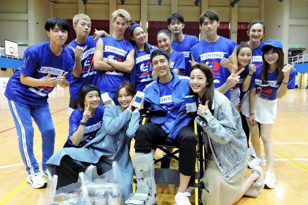 黃薇渟(右起)、葉星辰特別穿全身藍,赴「全明星運動會」為胡宇威與藍隊加油打氣。圖