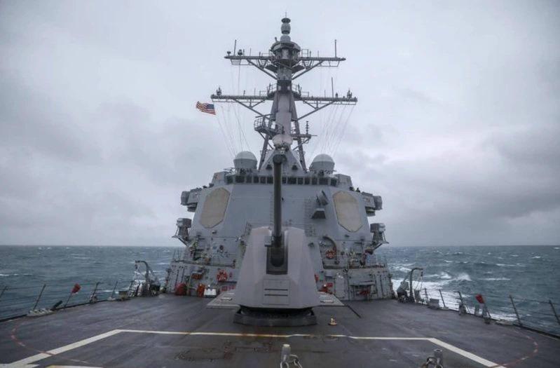 美國海軍第七艦隊伯克級神盾驅逐艦馬斯廷號(USS Mustin DDG-89)通過台灣海峽。圖/取自第七艦隊官網
