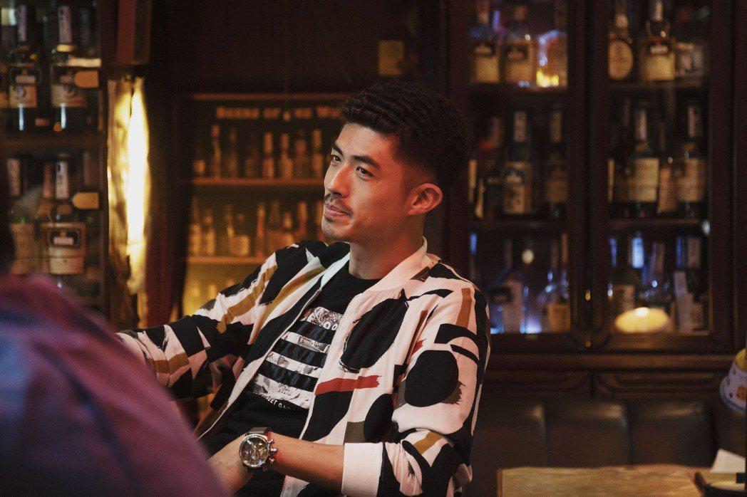 梁正群在「戒指流浪記」中飾演一名酒客,為角色還特地燙了日式捲頭。圖/HBO As