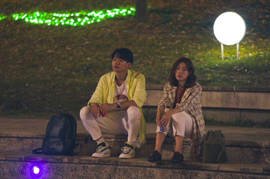 吳念軒(左)在「粉紅色時光」戲中,陪伴方志友度過最煎熬的時光。圖/TVBS提供