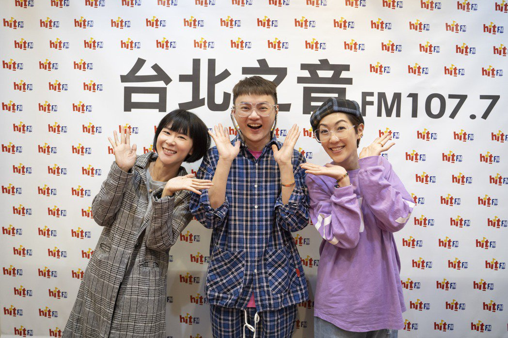 許富凱(中)接受「活力DJ」阿娟(左)和「HIT週末!」主持人Gigi訪問。圖/